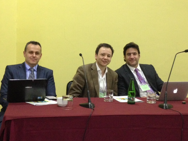 De izquierda a derecha:  El Ps. Moisés Kassin,  el Dr. Yamil Quevedo y el Ps.  Andrés Borzutzky en el panel titulado Adolescencia, Identidad y Consumo de Drogas: evaluación, diagnóstico y tratamiento.